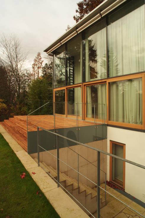 Ansicht Süd-West mit Atrium: moderne Häuser von Kramm + Strigl  Architekten und Stadtplaner