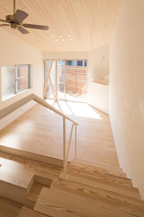 リビング: 株式会社かんくう建築デザインが手掛けた廊下 & 玄関です。