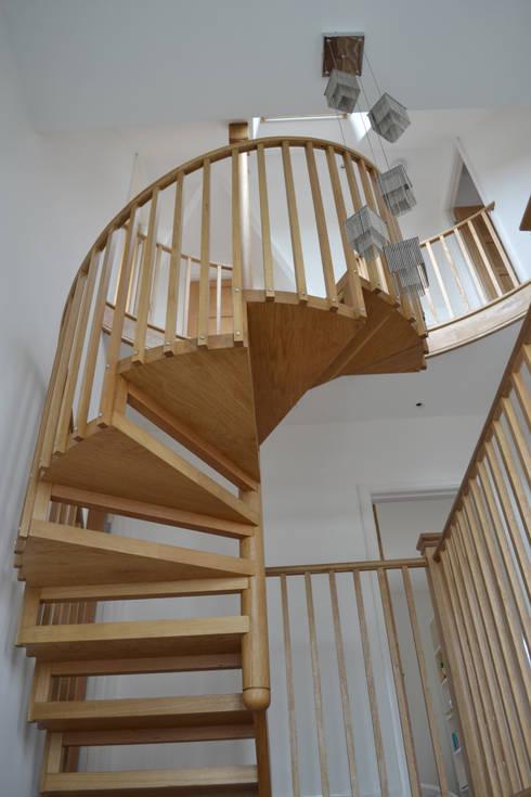 Suspended oak stair:  Flur & Diele von homify