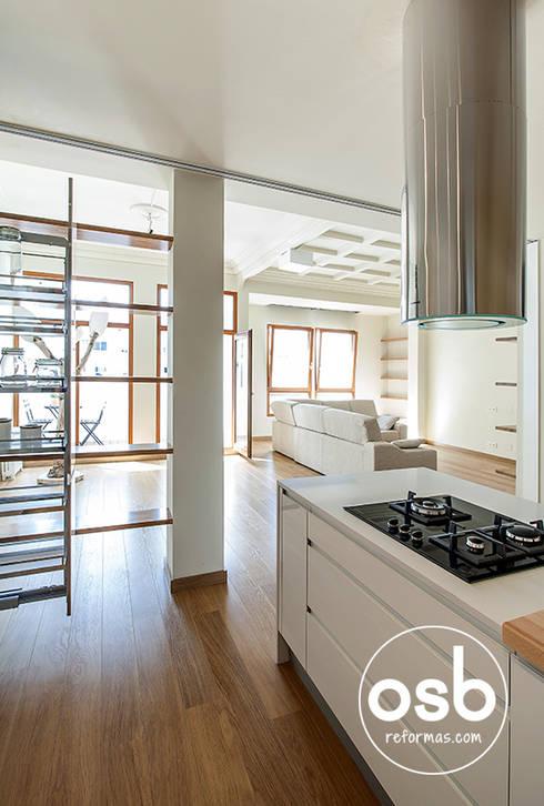 Cocina con vistas al salón - comedor: Cocinas de estilo moderno de osb reformas