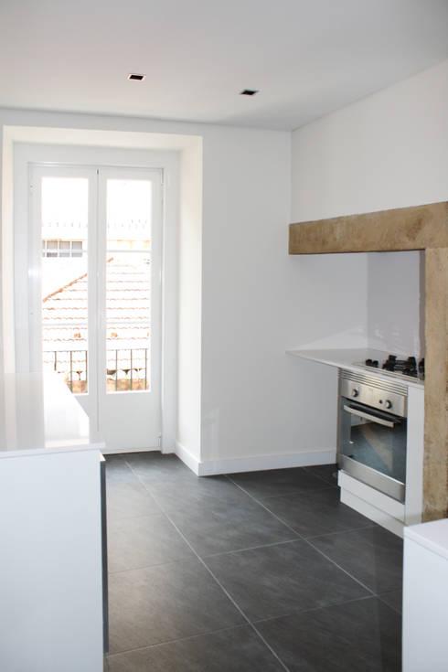 Apartamento em Lisboa : Cozinhas minimalistas por Archimais