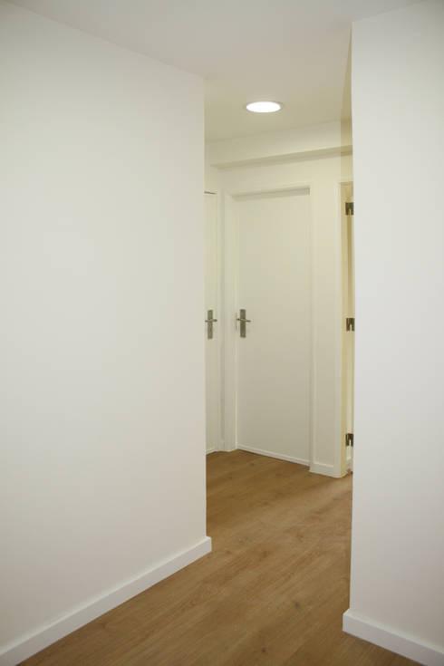 Apartamento em Alfragide: Corredores e halls de entrada  por Archimais