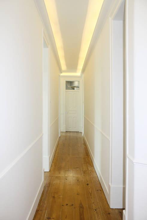Apartamento em Lisboa : Corredores e halls de entrada  por Archimais