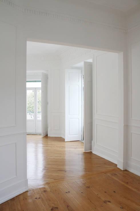 Apartamento em Lisboa : Salas de estar clássicas por Archimais