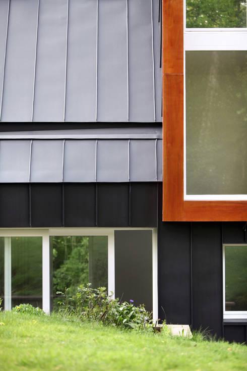détail de façade: Maisons de style  par ici architectes sprl