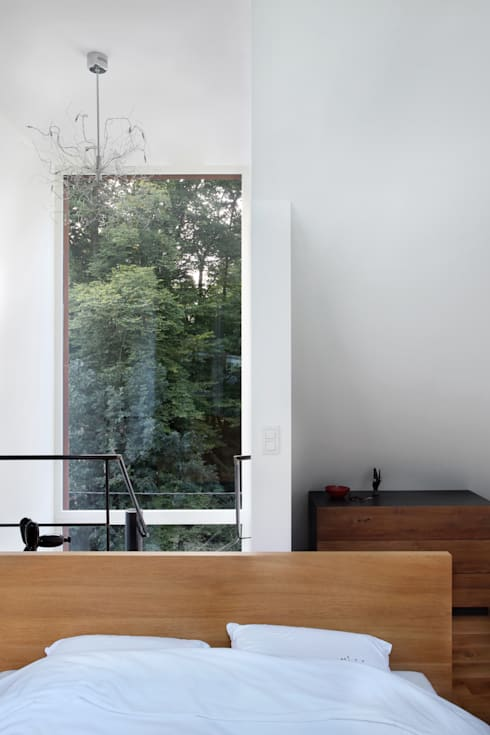 cage d'escalier: Couloir et hall d'entrée de style  par ici architectes sprl