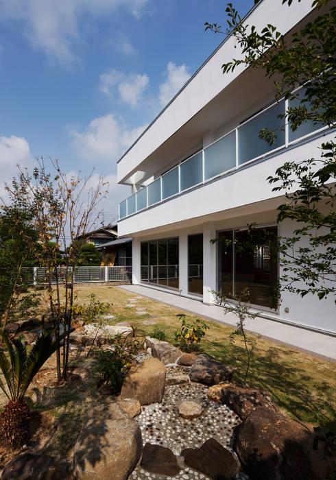 羽曳が丘の家: 内田雅章建築設計事務所が手掛けた庭です。