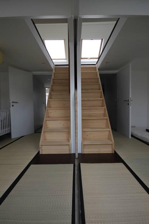 deux chambres communicantes liées aux combles: Chambre de style  par ici architectes sprl