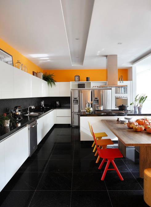 RESIDÊNCIA RP WIMBLEDON: Cozinhas modernas por BC Arquitetos