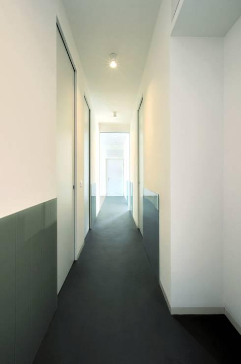 CAS/AL/PALOCCO [2012]: Ingresso & Corridoio in stile  di na3 - studio di architettura
