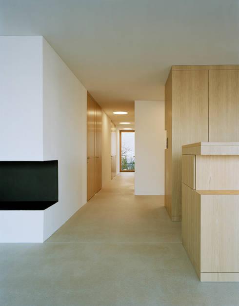 Korridor:  Flur & Diele von Rossetti+Wyss Architekten