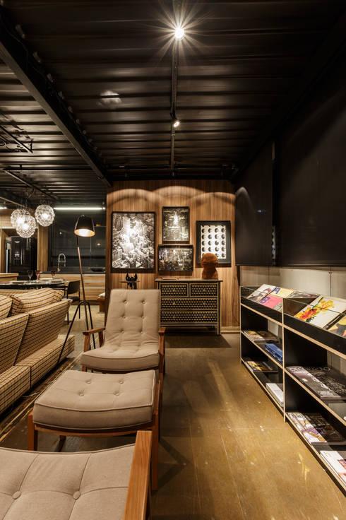 soft casal - sala de leitura: Casas industriais por cioli arquitetura e design