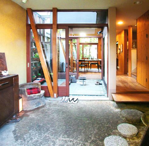 土間でサンマの焼ける家: ユミラ建築設計室が手掛けた壁・フローリングです。