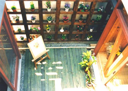 土間でサンマの焼ける家: ユミラ建築設計室が手掛けたベランダです。