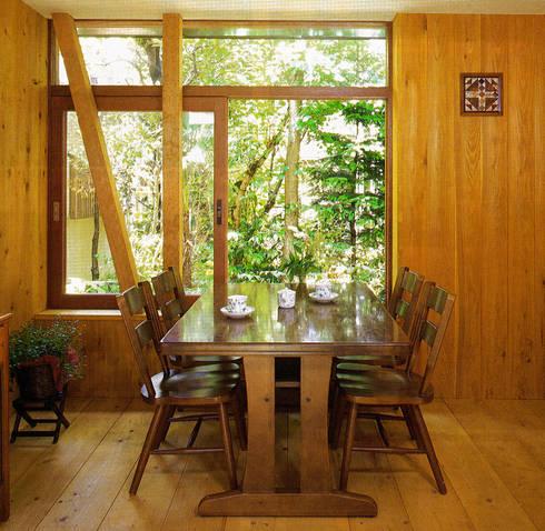 土間でサンマの焼ける家: ユミラ建築設計室が手掛けたダイニングです。