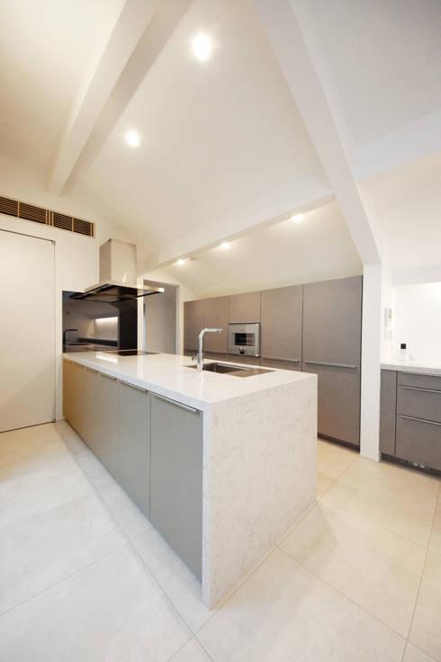 エレガントなキッチン: TERAJIMA ARCHITECTSが手掛けたキッチンです。