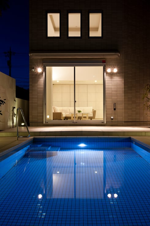 プールよりリビングを眺める: 依田英和建築設計舎が手掛けたプールです。