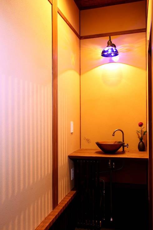 舞双庵: 有限会社 TEAMWORKSが手掛けた浴室です。