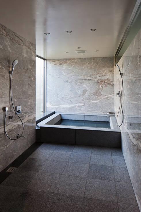 Baños de estilo moderno por 依田英和建築設計舎