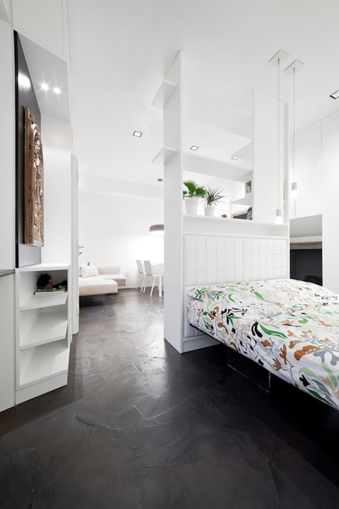 il letto e l'arredo su disegno: Camera da letto in stile  di 23bassi studio di architettura