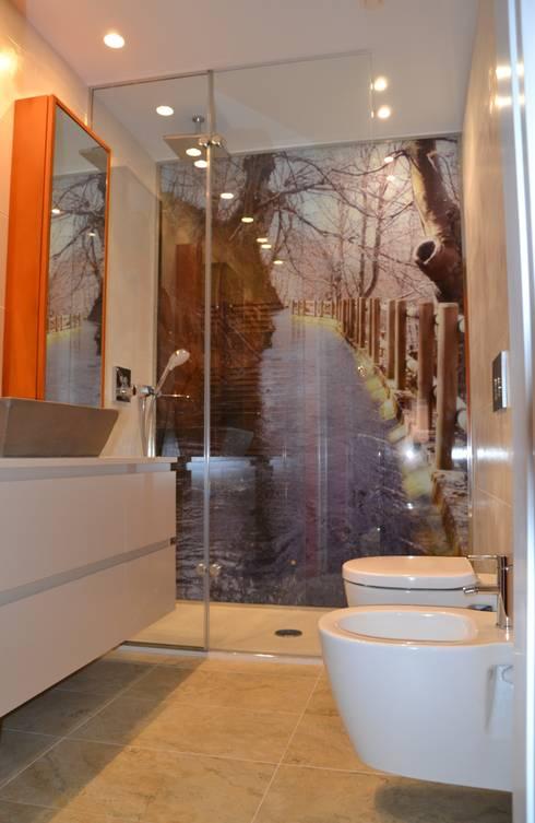 UNA IMAGEN EN TU BAÑO: Baños de estilo moderno de  MIKELY Decoradores de Interiorismo