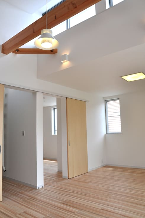 Boulangerie 粉桜 こだわりのパン工房とそのパンを焼くための活力を養う住まい: アトリエ24一級建築士事務所が手掛けた寝室です。