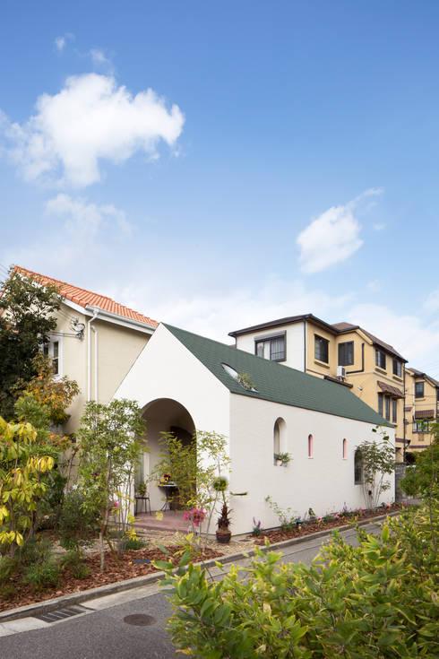 外観斜め: 株式会社 藤本高志建築設計事務所が手掛けた家です。