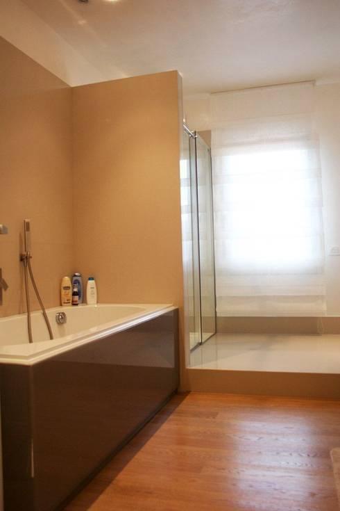 Villa privata a Ceresara: modern Bathroom by Devincenti Multiliving