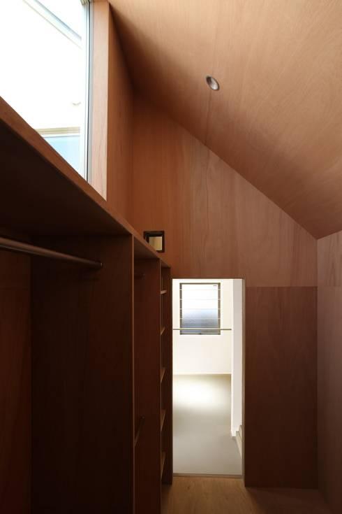 Elephant House: Hiromu Nakanishi Architectsが手掛けたウォークインクローゼットです。