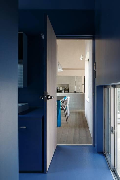Elephant House: Hiromu Nakanishi Architectsが手掛けた浴室です。