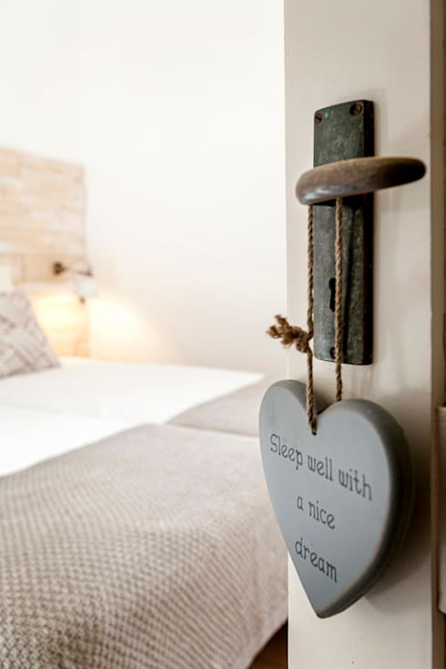 Quarto - decoração de casa de férias: Quarto  por Home Staging Factory