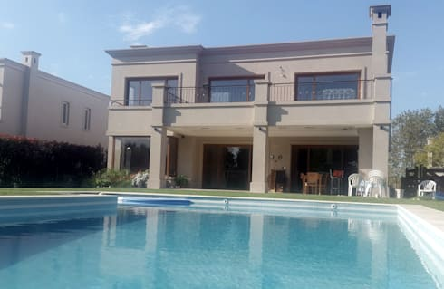 CASA EN PILAR: Casas de estilo clásico por Estudio Arqt