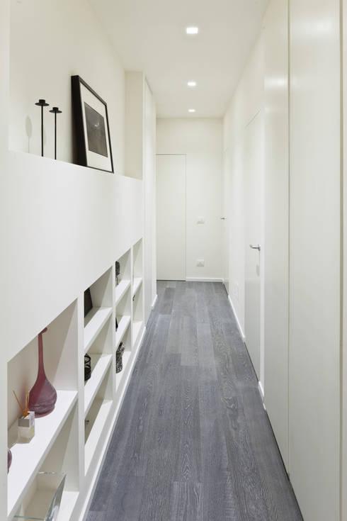 Appartamento a Bollate: Ingresso & Corridoio in stile  di bdastudio