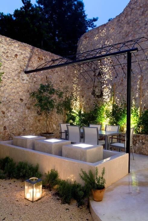 Jardines de estilo ecléctico por Taller Estilo Arquitectura