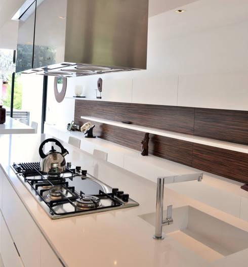 INTERIORES_ Cocinas by Escalaveinte: Cocinas de estilo moderno por Estudio Arqt