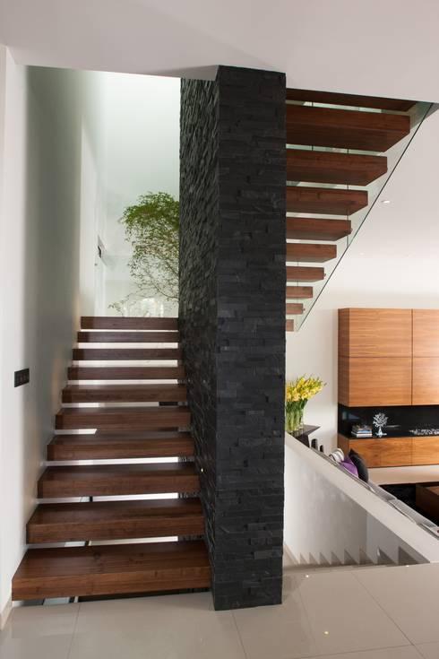 Casa GM: Pasillos y recibidores de estilo  por GLR Arquitectos
