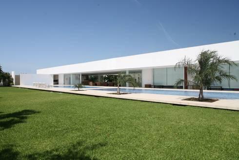 Casa Larga: Casas de estilo moderno por Augusto Quijano Arquitectos