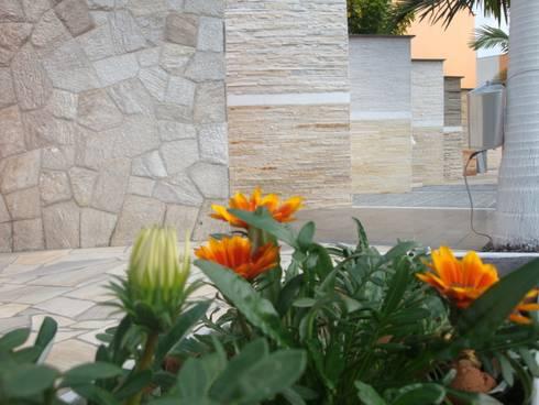 Showroom de Filetes Decor Pedras:   por DECOR PEDRAS PISOS E REVESTIMENTOS