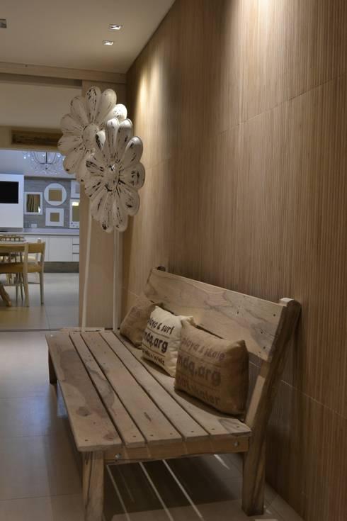HOTEL EN MAR DEL PLATA: Pasillos, vestíbulos y escaleras  de estilo  por Estudio Arqt