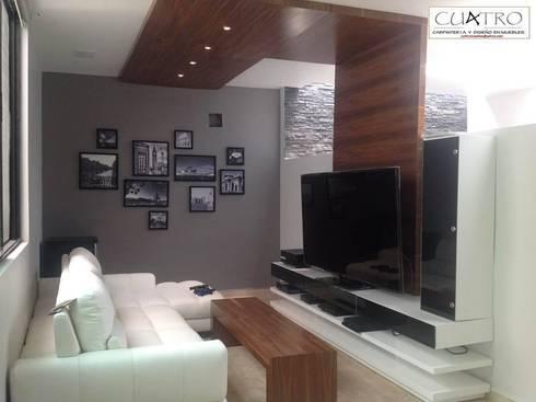 Mueble de Televisión con plafon y bancas en Nogal: Sala multimedia de estilo  por CU4TRO Carpintería y Diseño en Muebles