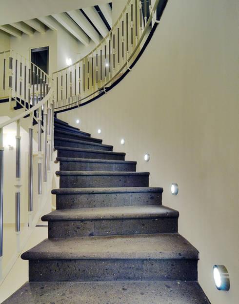 ESCALERAS: Pasillos y recibidores de estilo  por Excelencia en Diseño