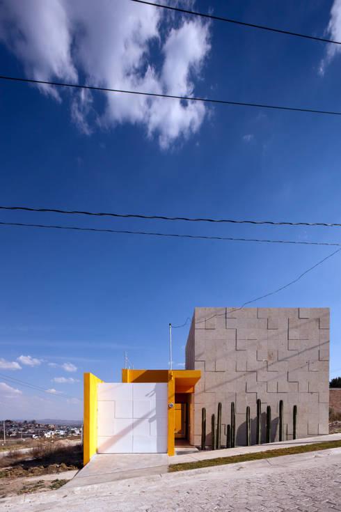 Fachada Principal: Casas de estilo ecléctico por ARQXIOMA - Arquitectura Mexicana Diseño Experimental