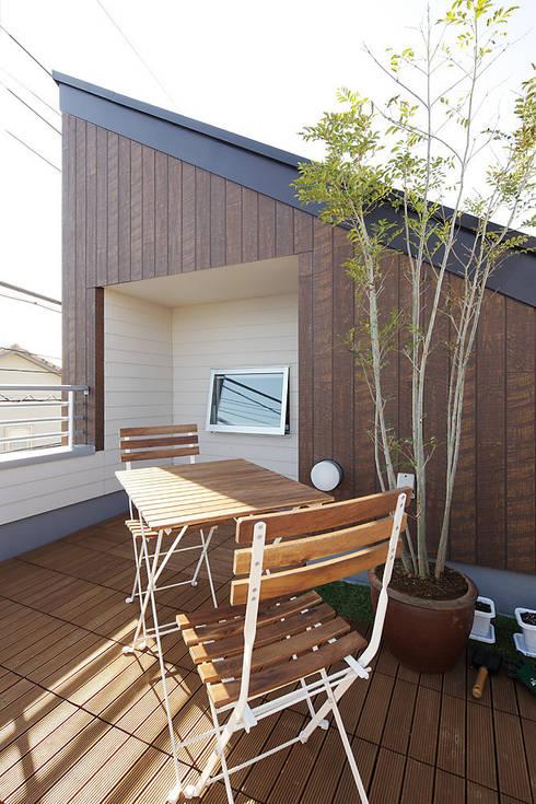 中野の家: 有限会社タクト設計事務所が手掛けたベランダです。
