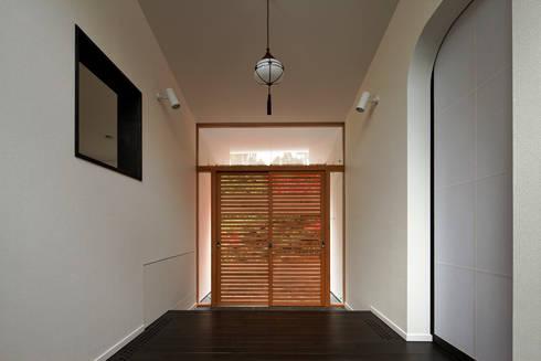 主玄関: 清正崇建築設計スタジオが手掛けた廊下 & 玄関です。