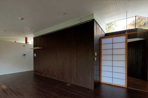 親世帯: 清正崇建築設計スタジオが手掛けたリビングです。