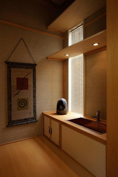 プロバンス風住宅(富津): 有限会社タクト設計事務所が手掛けた寝室です。