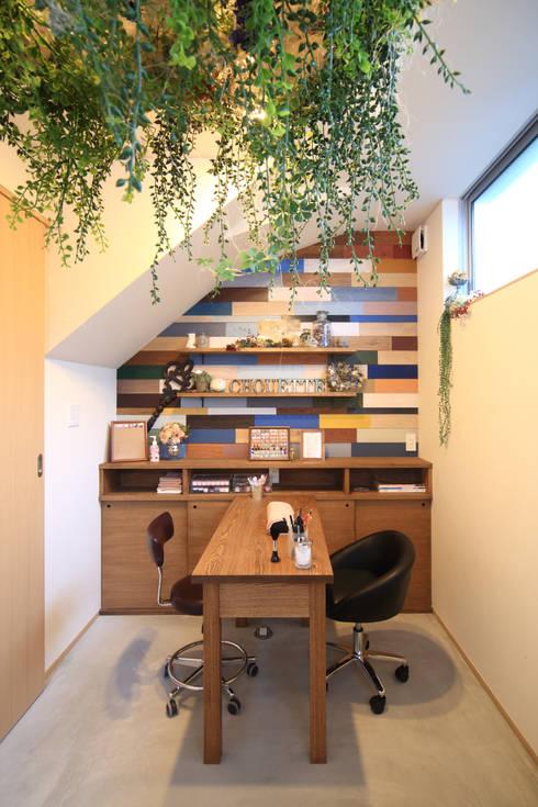 Escritórios e Espaços de trabalho  por MA設計室