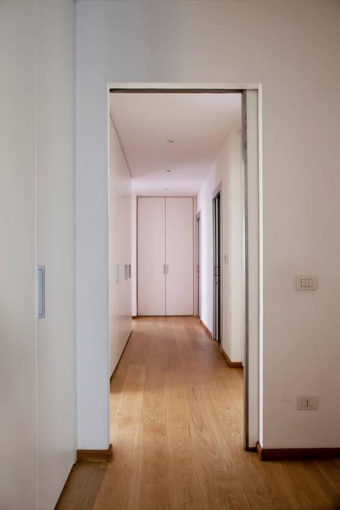 Casa T: Ingresso & Corridoio in stile  di MAT architettura e design