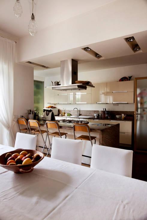Casa T: Cucina in stile in stile Moderno di MAT architettura e design