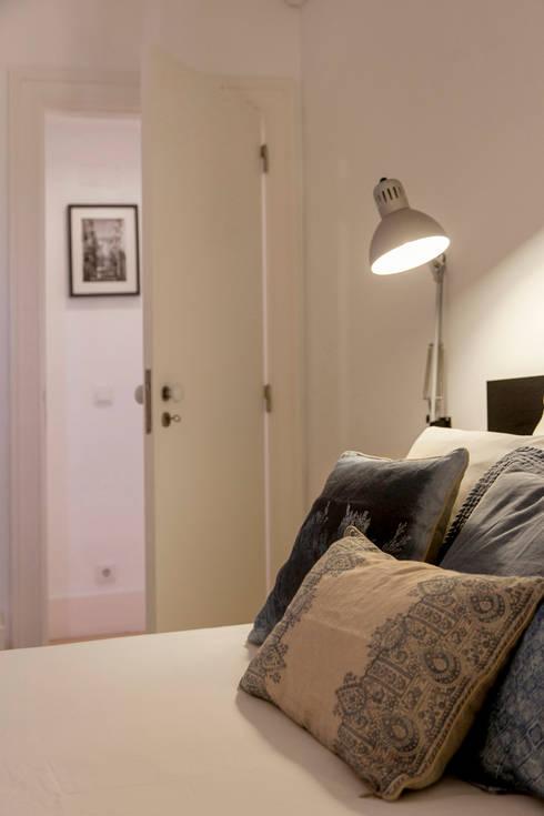 Quarto de casal – restyling para arrendamento turístico: Quarto  por Home Staging Factory